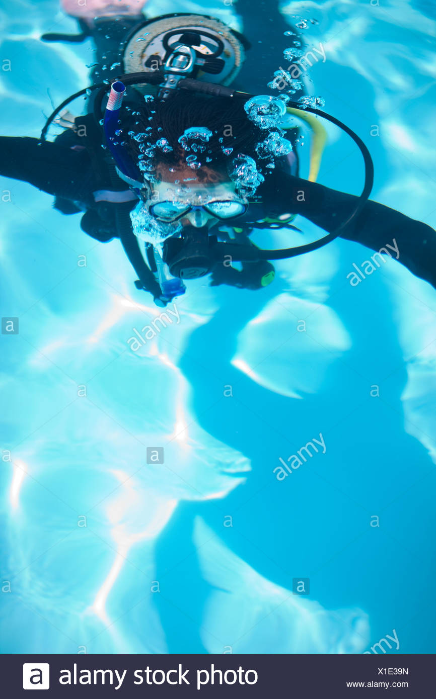 Jeune femme en formation scuba diver piscine Photo Stock