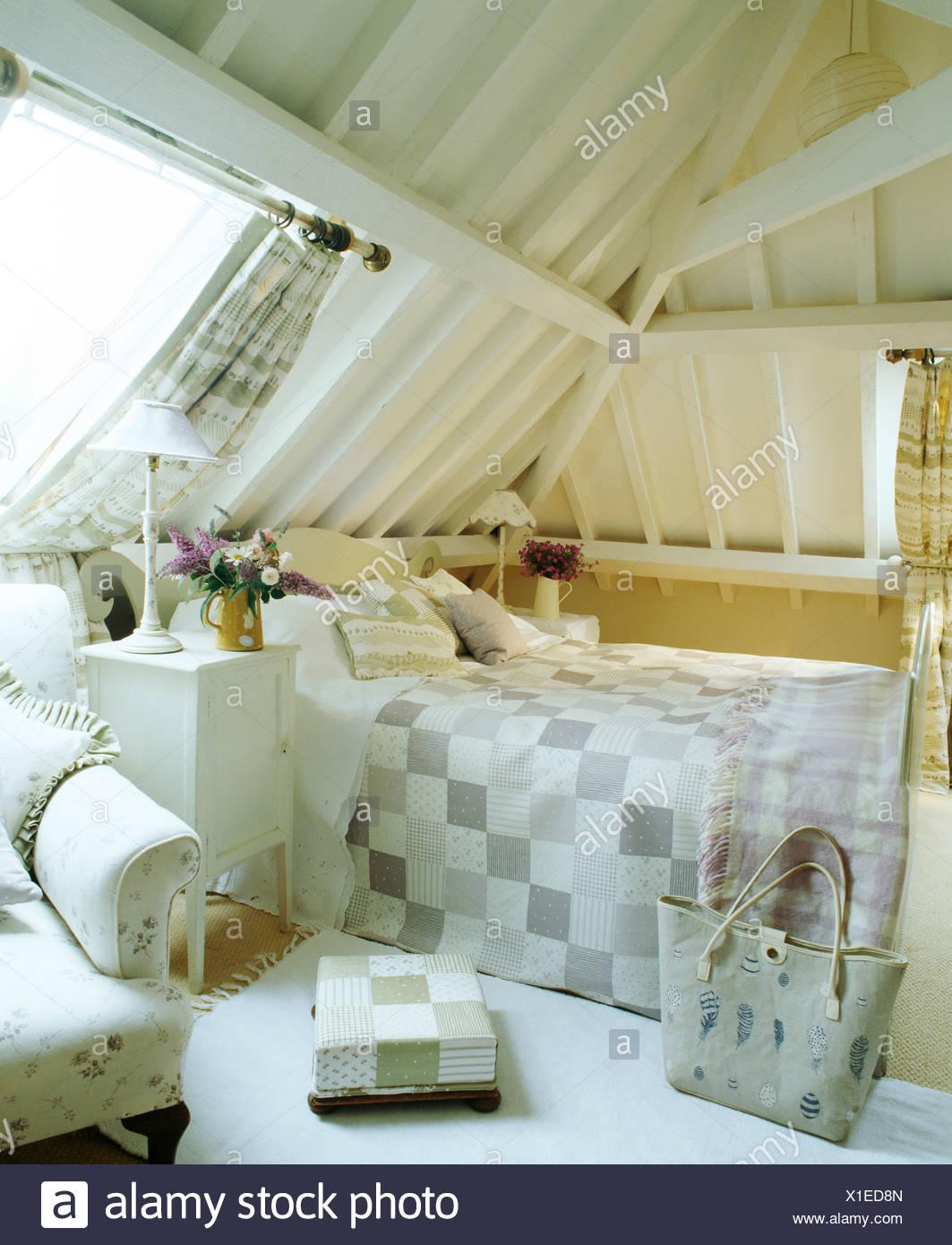 Poutres apparentes peintes en blanc et plafond en pente dans la ...
