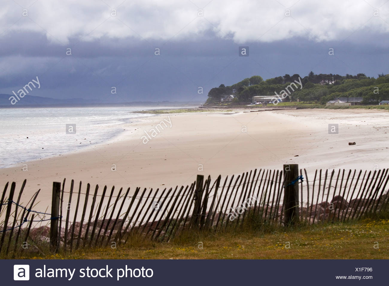 L'Écosse, Nairn, plage et coastine avec fence Photo Stock