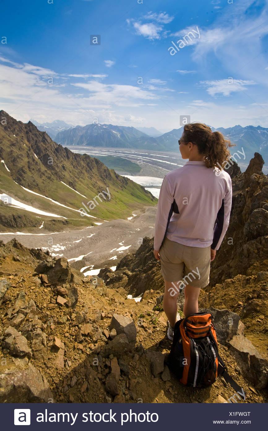 Femme debout sur la crête qui domine la racine et les glaciers de Kennicott Wrangell-St. Elias National Park, Alaska Photo Stock