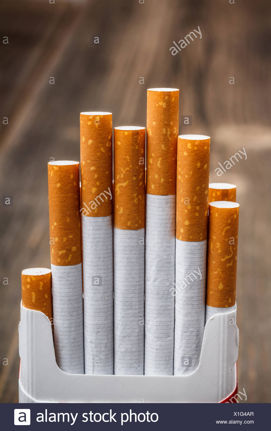 Fort de cigarettes sur fond de bois Photo Stock