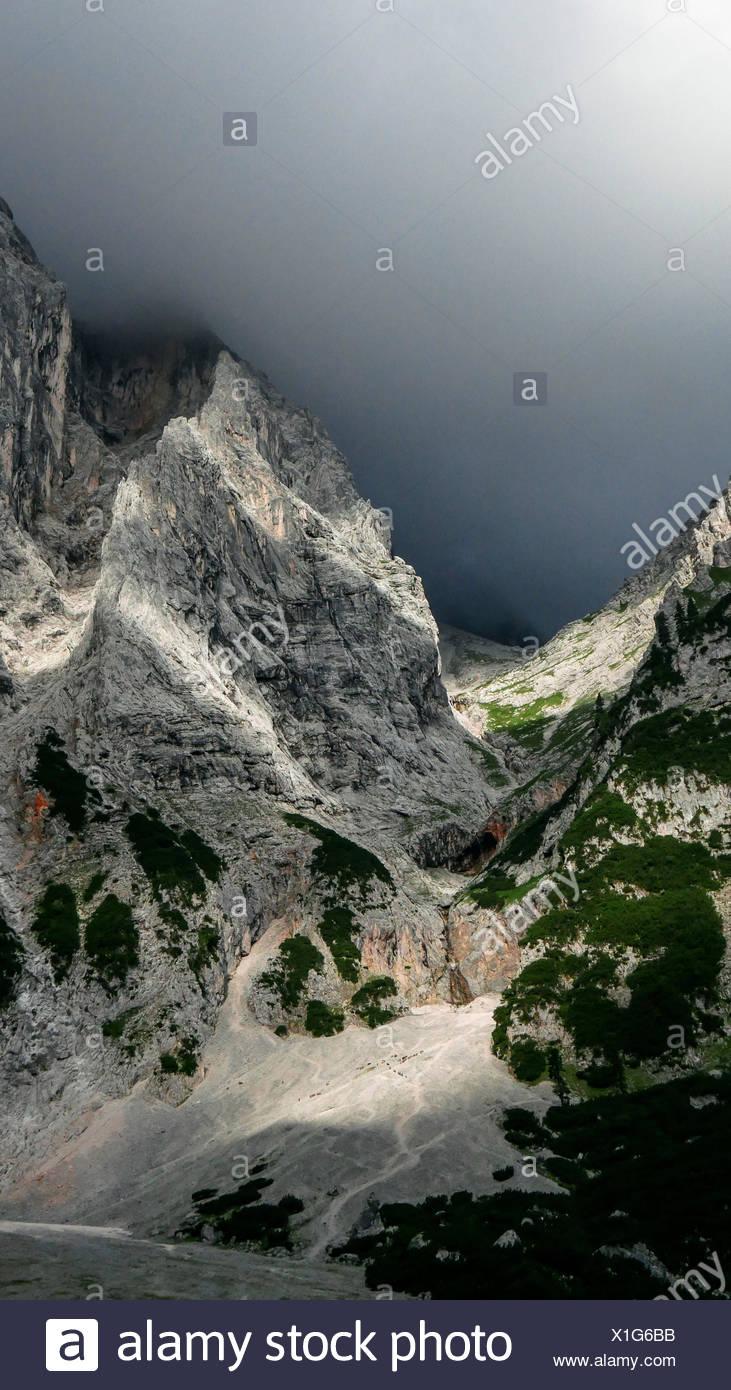 Dark Cloud et de lumières sur le Oberrheintalboden, gamme Wetterstein Photo Stock