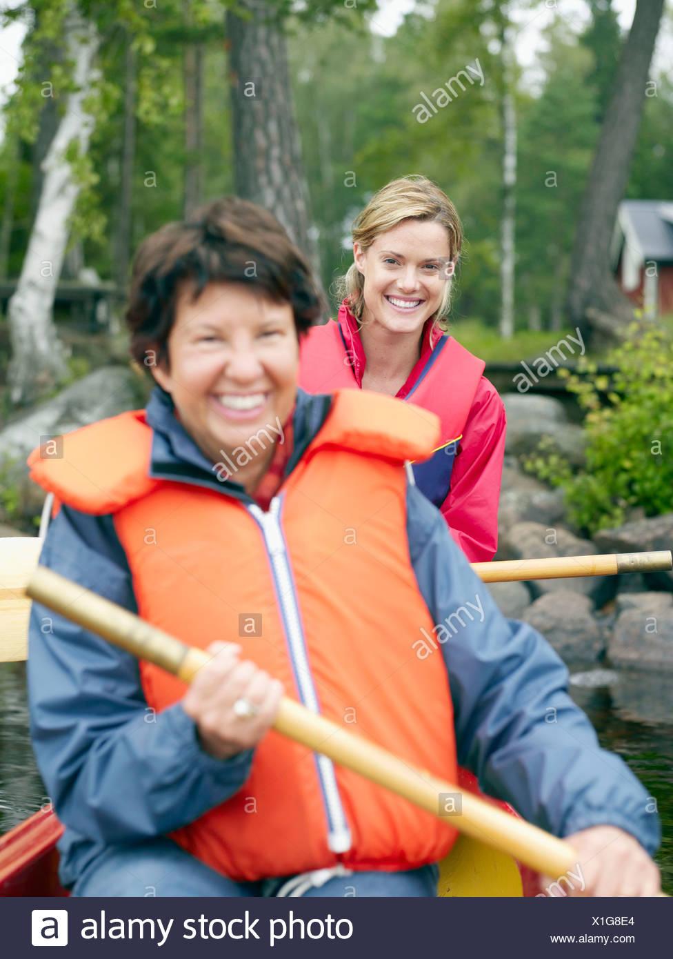 Deux femmes dans un bateau en souriant. Photo Stock