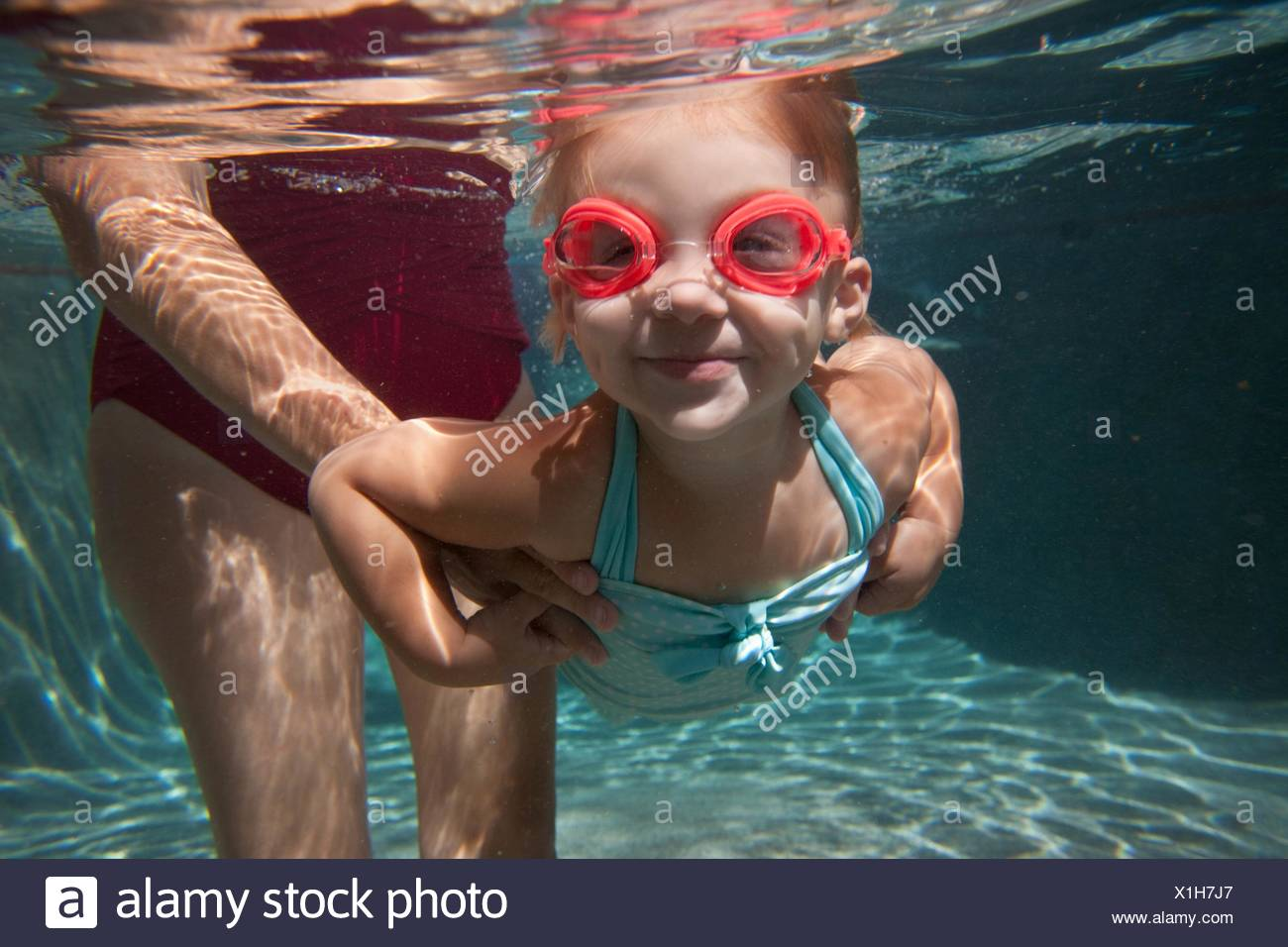Underwater portrait of girl apprendre à nager Banque D'Images