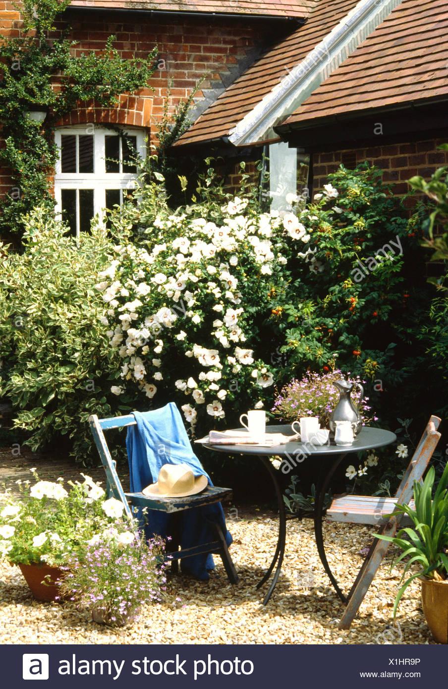 Petite table et chaises sur le gravier terrasse devant le chalet ...