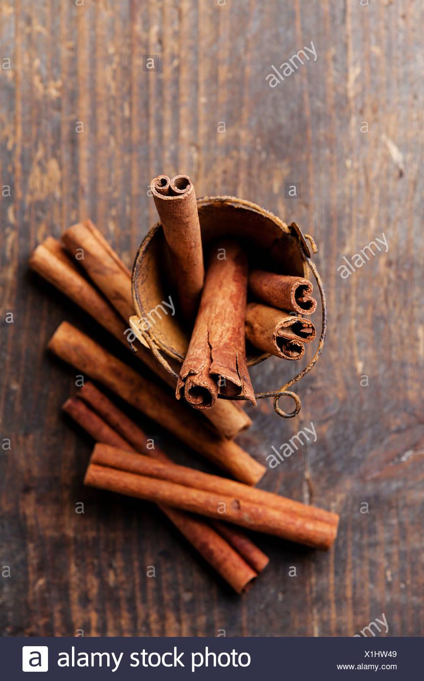 Les bâtons de cannelle dans la benne sur fond de bois Photo Stock