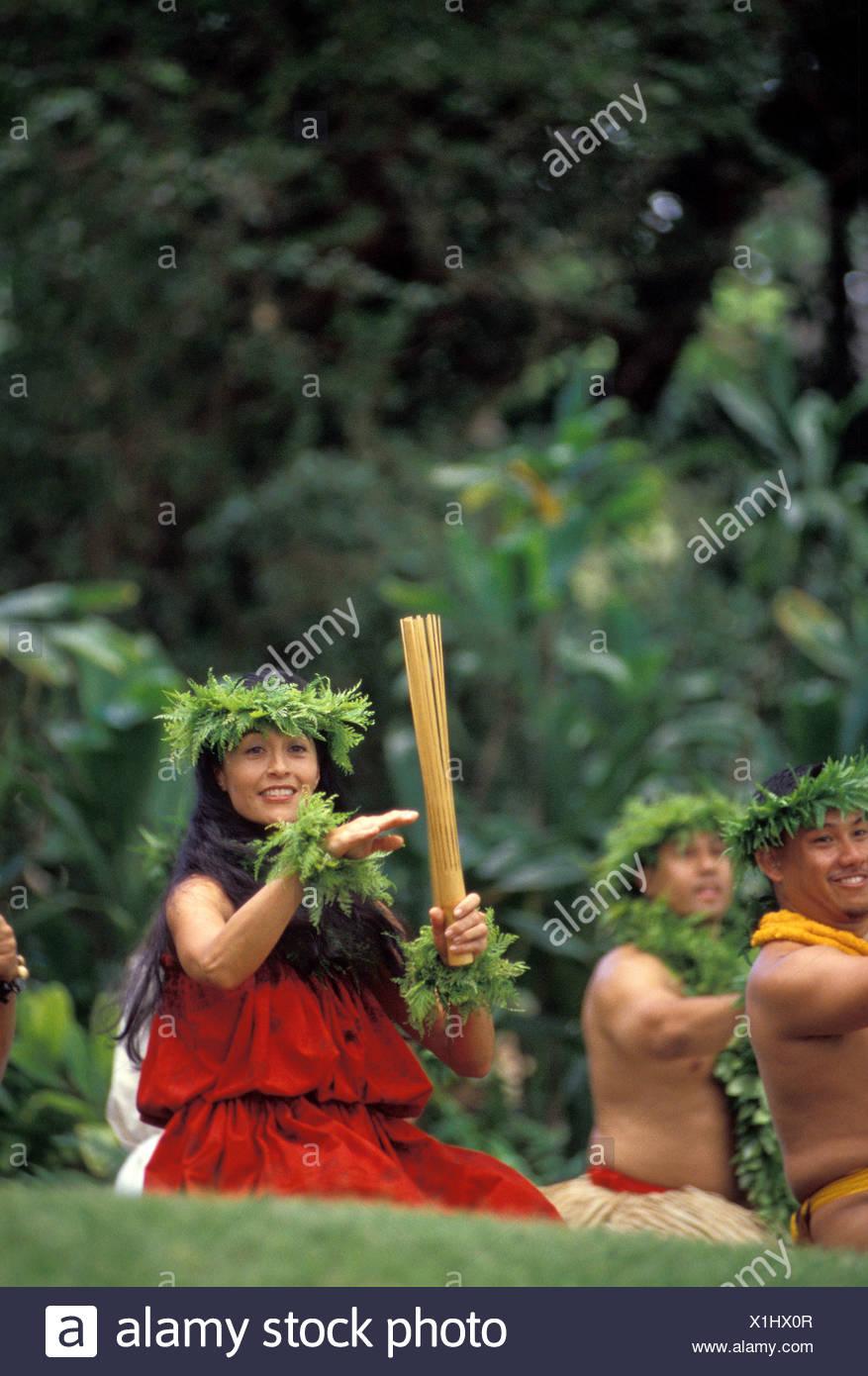 Femme avec bambou puili hula Hula beaucoup Prince de mettre en œuvre au Festival. Moanalua Gardens, Oahu Photo Stock