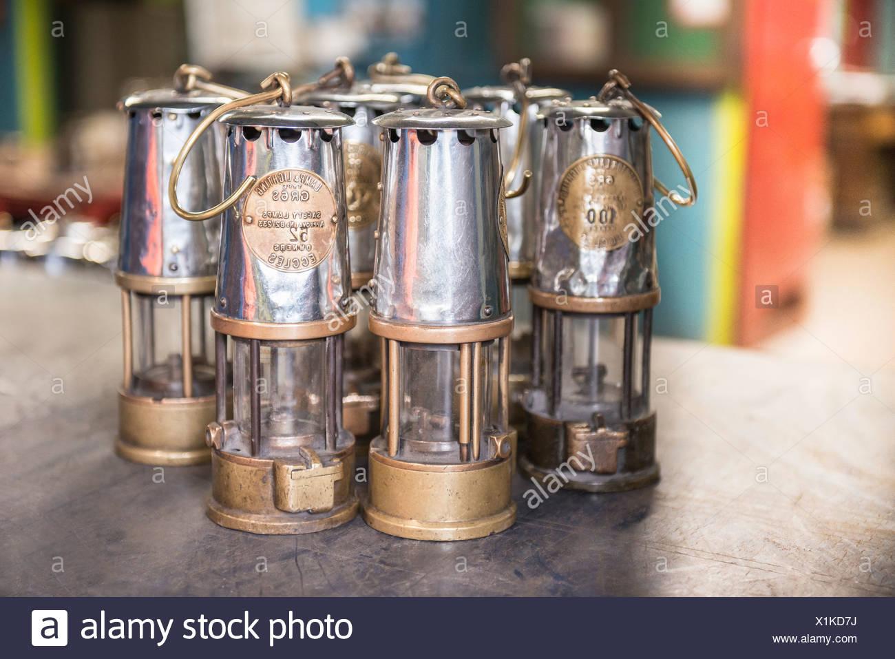 Les lampes à l'ancienne exploitation minière sur la table Photo Stock