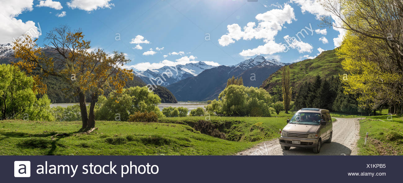 Voiture sur route, Matukituki Valley, snowy Mount Aspiring, Mount Aspiring National Park, Otago, Nouvelle-Zélande, Southland Photo Stock