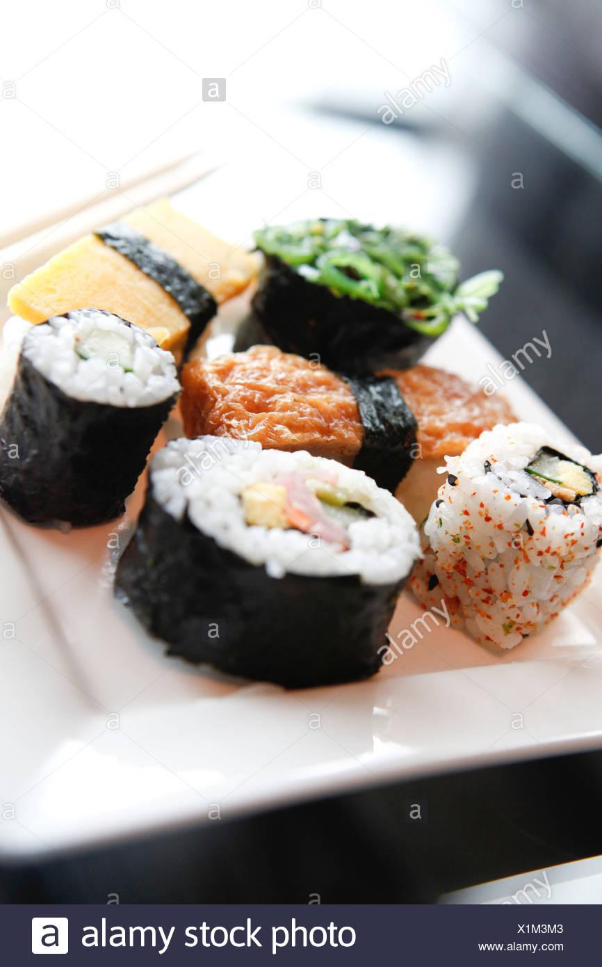Aliments Sushi sur une plaque blanche dans un restaurant Photo Stock