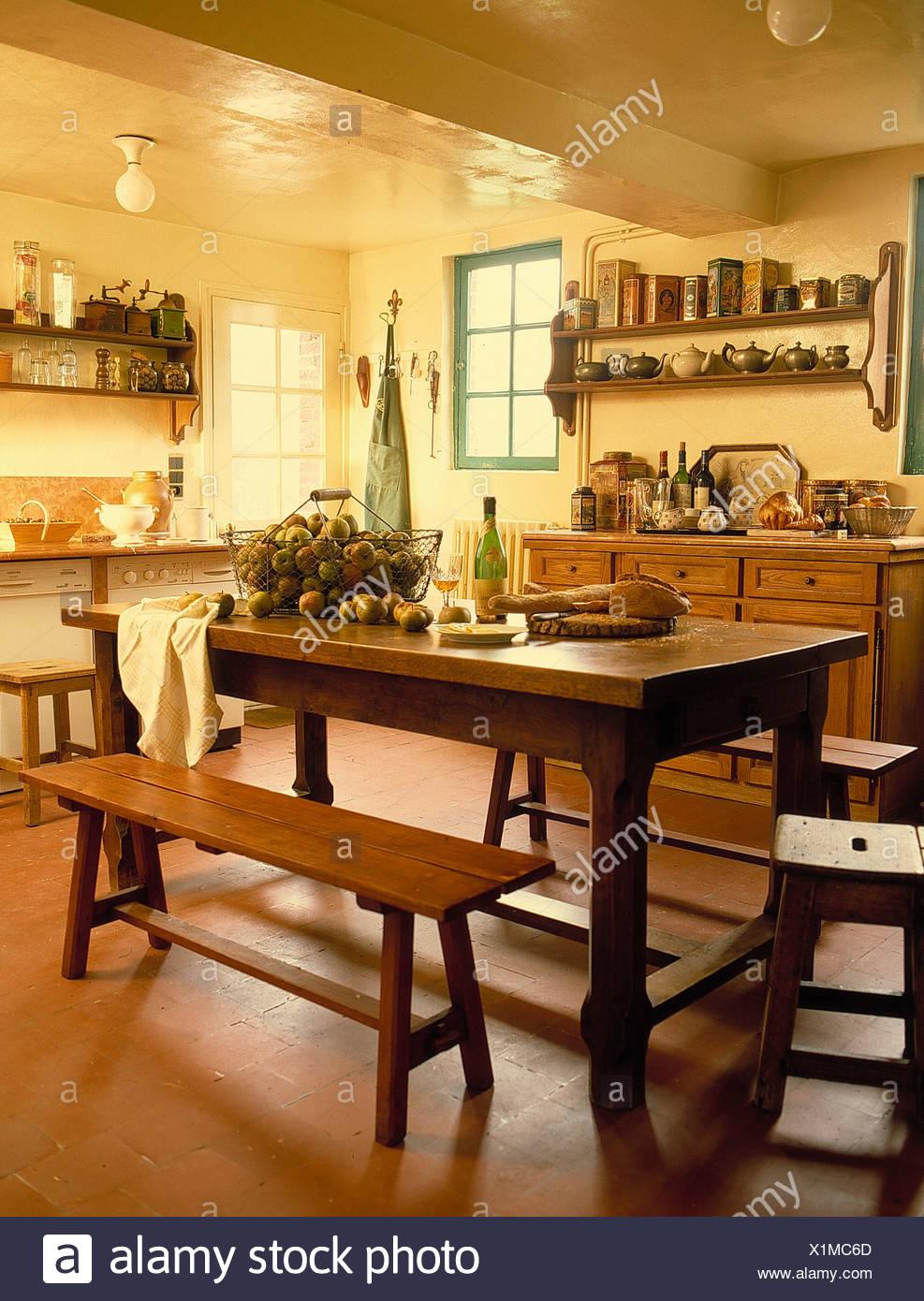Table Et Bancs En Bois En Français Pays Cuisine Avec Carrelage
