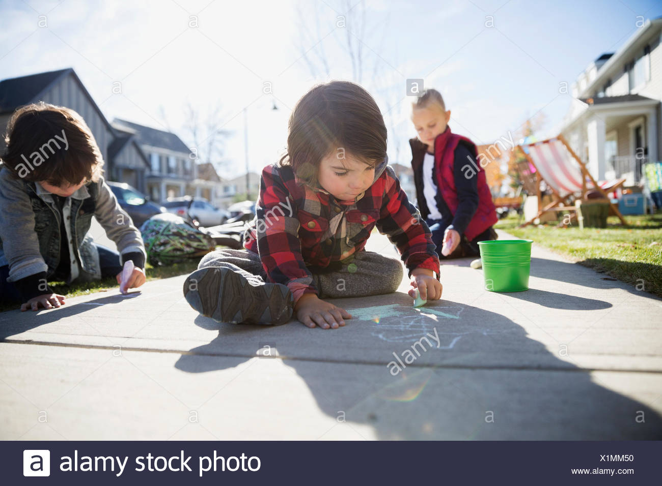 Dessin pour les enfants avec de la craie sur un trottoir Photo Stock