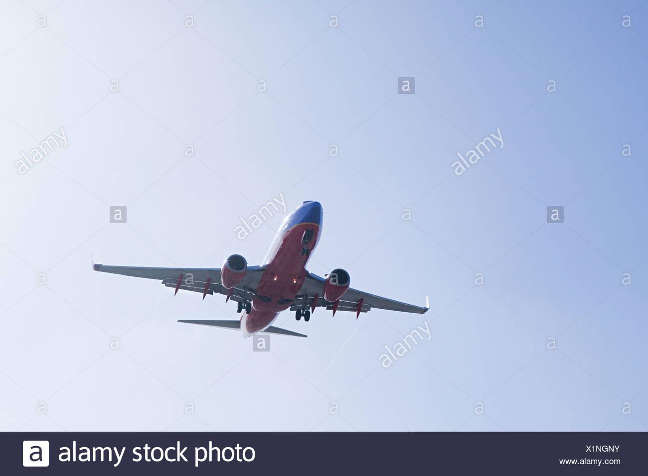 Avion à l'atterrissage à LAX, tourné à partir de Sepulveda, Los Angeles County, Californie, USA Photo Stock