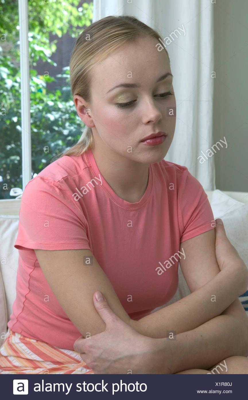 Femme Blonde Cheveux Visage Portant Des T Shirt Rose Et Orange Et