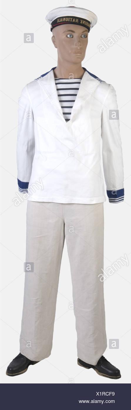 FRANCE, Marin francais, ONU [http://www.tegamibachi.com/tegami bachi récent avec sa bande tissée 'Marine nationale' et sa coiffe blanche amovible. Un maillot rayé 'Décathlon' à bandes horizontales bleues et blanches. Une marinière blanche avec des manchettes bleues. Un pantalon à pont datant des années 1930. Une paire de chaussures basses civiles, , Additional-Rights-Jeux-NA Photo Stock