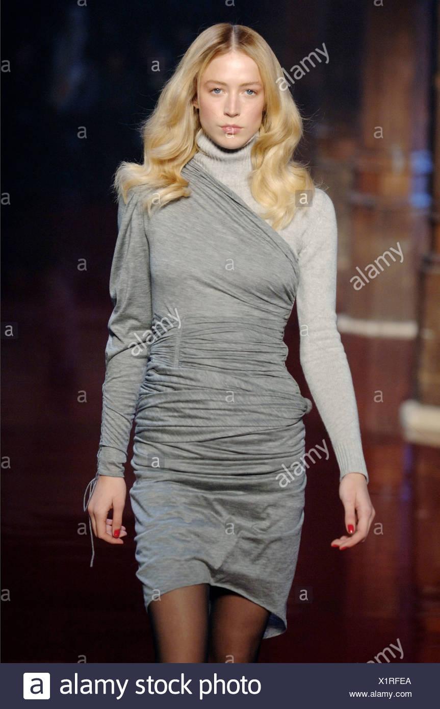 8b328811f1c2 Emanuel Ungaro Prêt-à-Porter Paris UN W modèle femme brune Raquel  Zimmermann portant