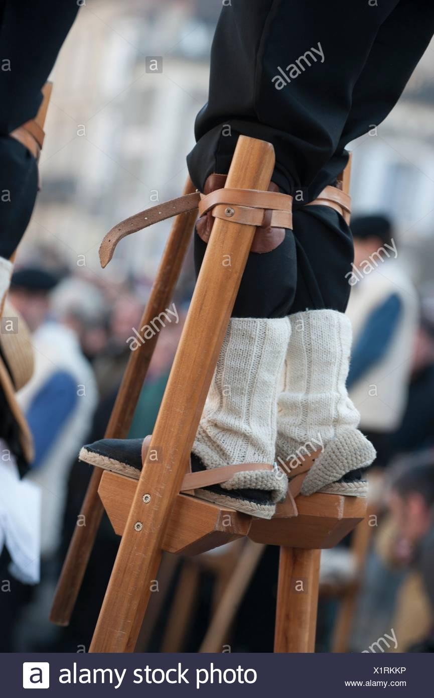 L'homme sur des pilotis de bois, Landes, France La Tradition. Photo Stock