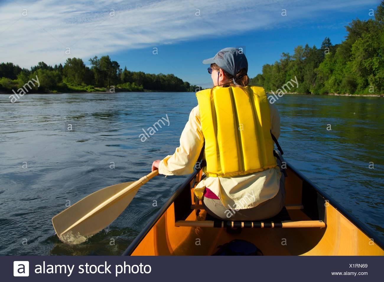 Canotage sur la rivière Willamette, Willamette River Greenway, Polk County, Oregon. Photo Stock