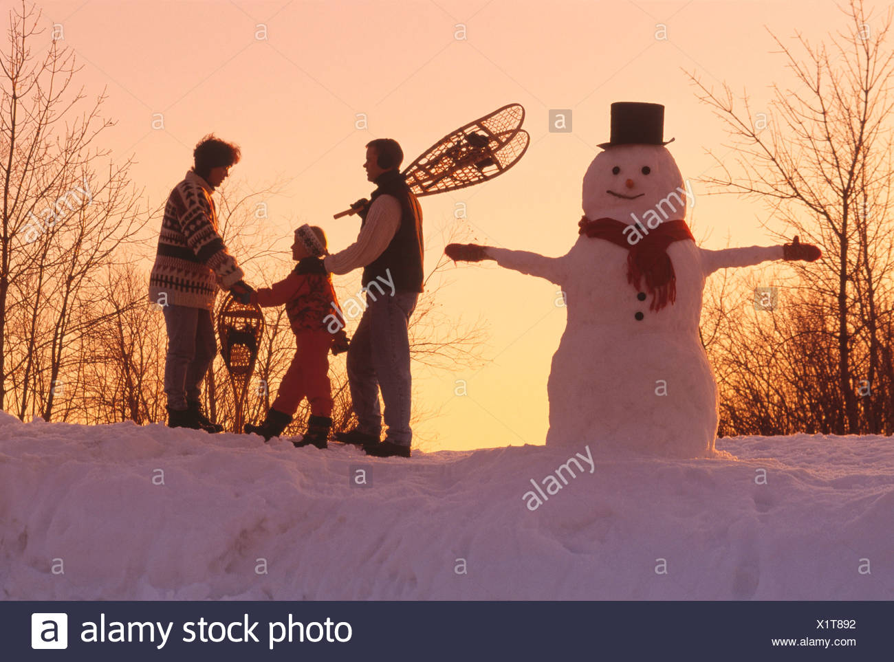 Agriculture - une famille agricole avec leurs chaussures de neige et un bonhomme nouvellement fabriqués / Manitoba, Canada. Photo Stock
