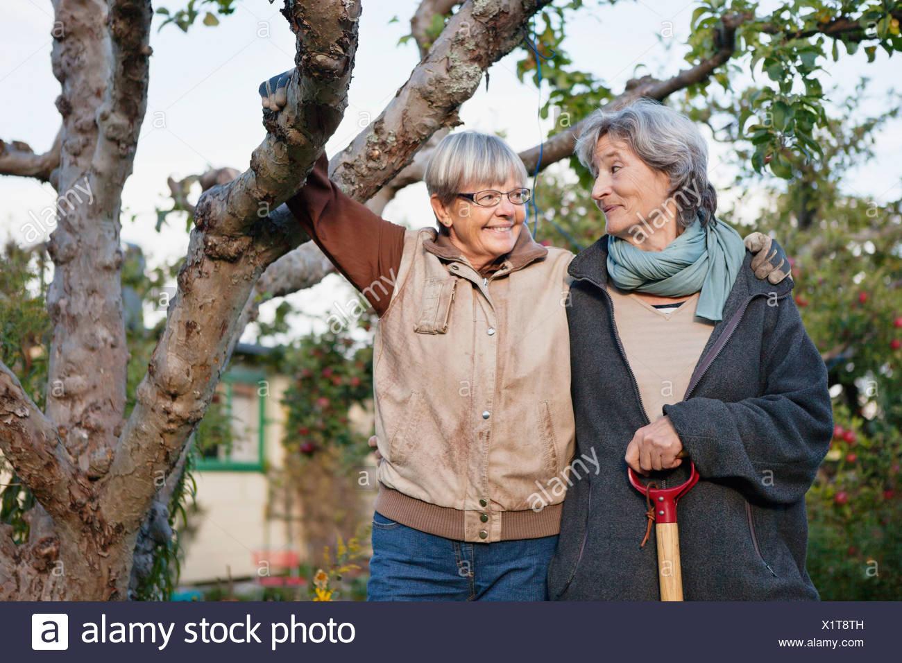 Deux femmes âgées se regarder Photo Stock