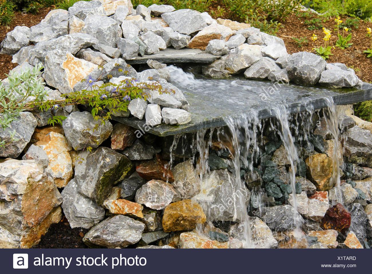 Cascade de jardin Les jardins japonais d\'un cours d\'eau douce de la ...