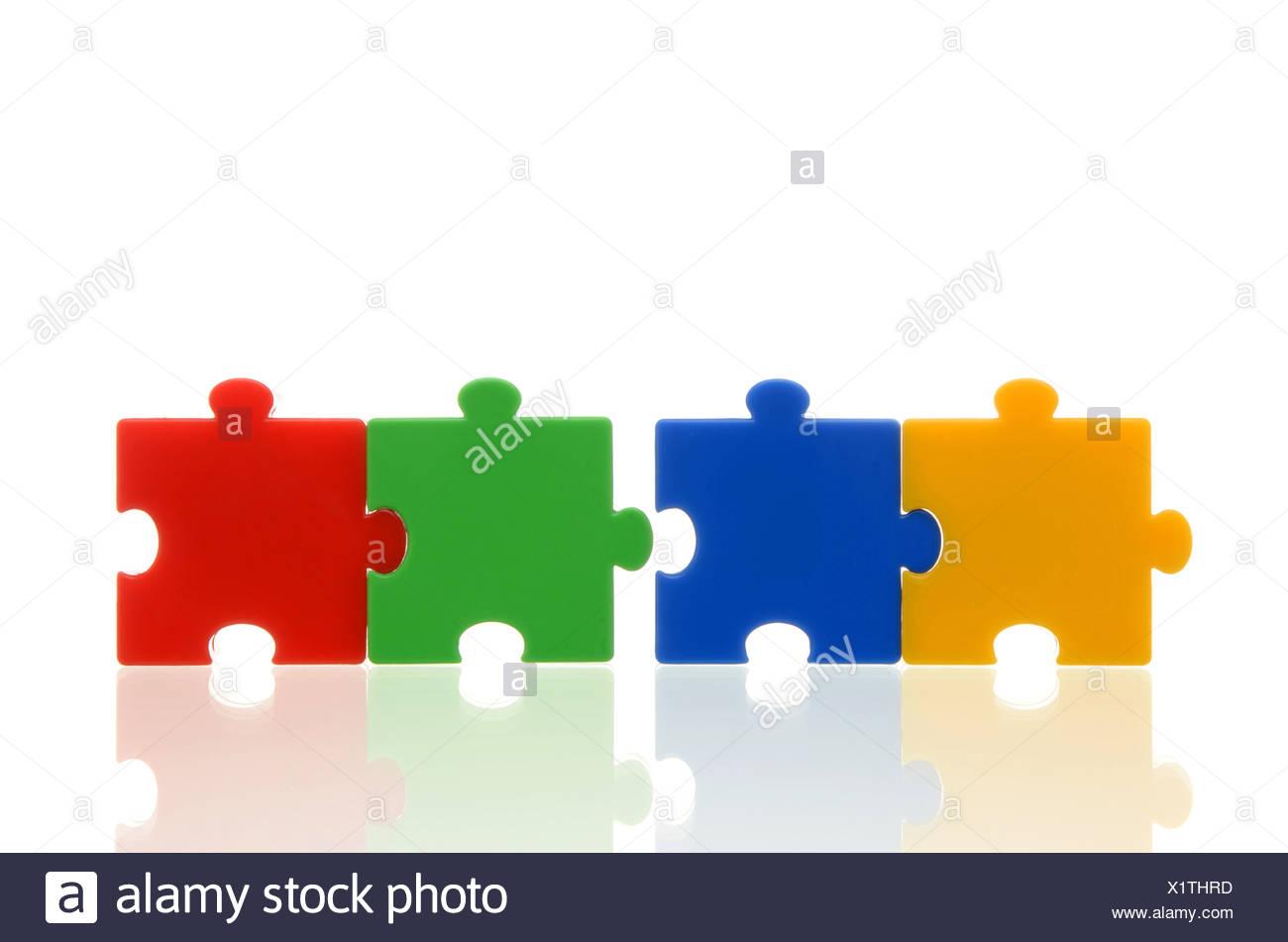 Pièces de puzzle de couleur différentes, deux paires de deux pièces du puzzle, l'image symbolique pour l'équipe, série Photo Stock