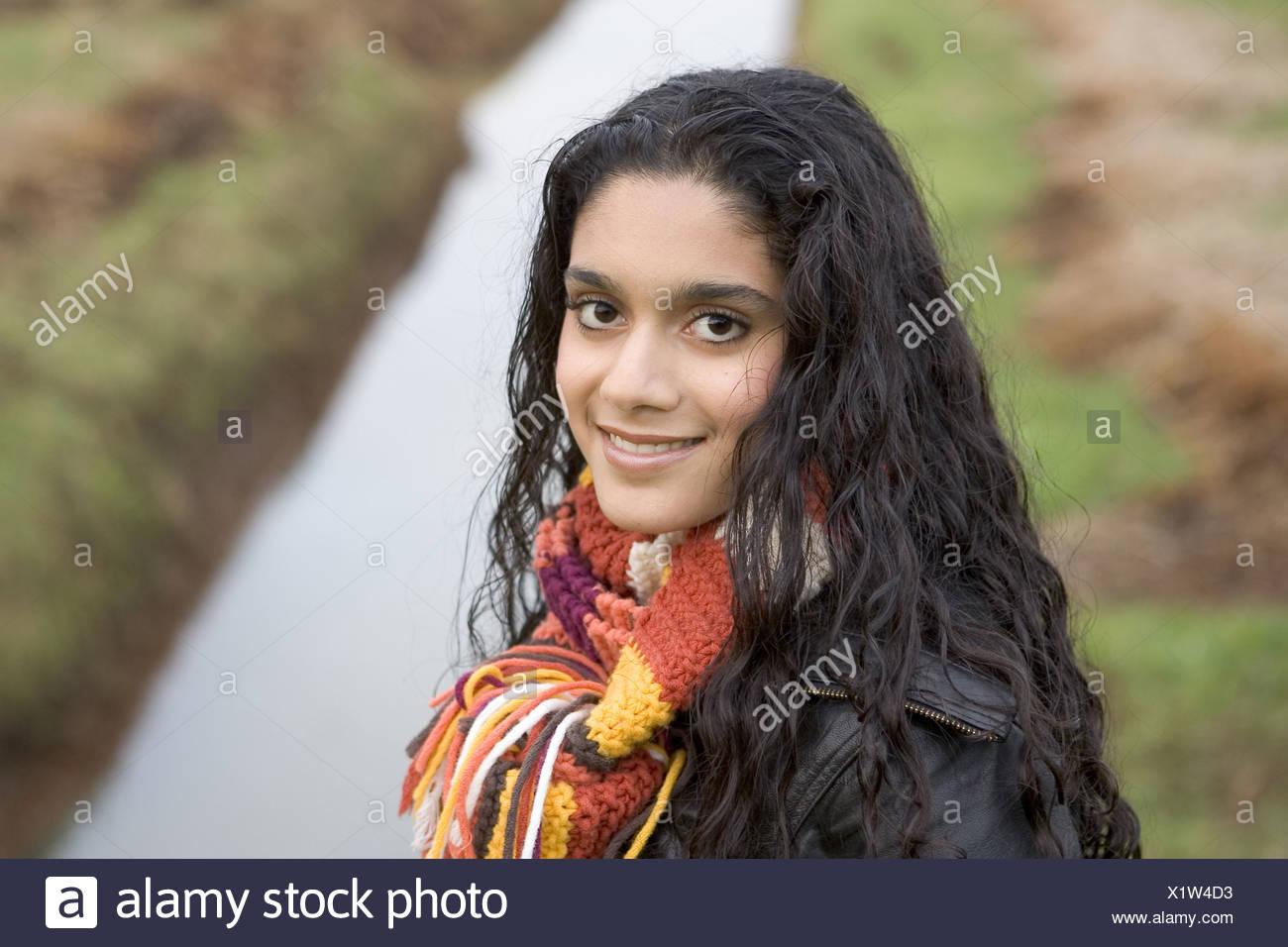 Jeune Femme Marocaine Visage Heureux Dans La Campagne Europeenne En Hiver A Heureux Vers La Camera Photo Stock Alamy