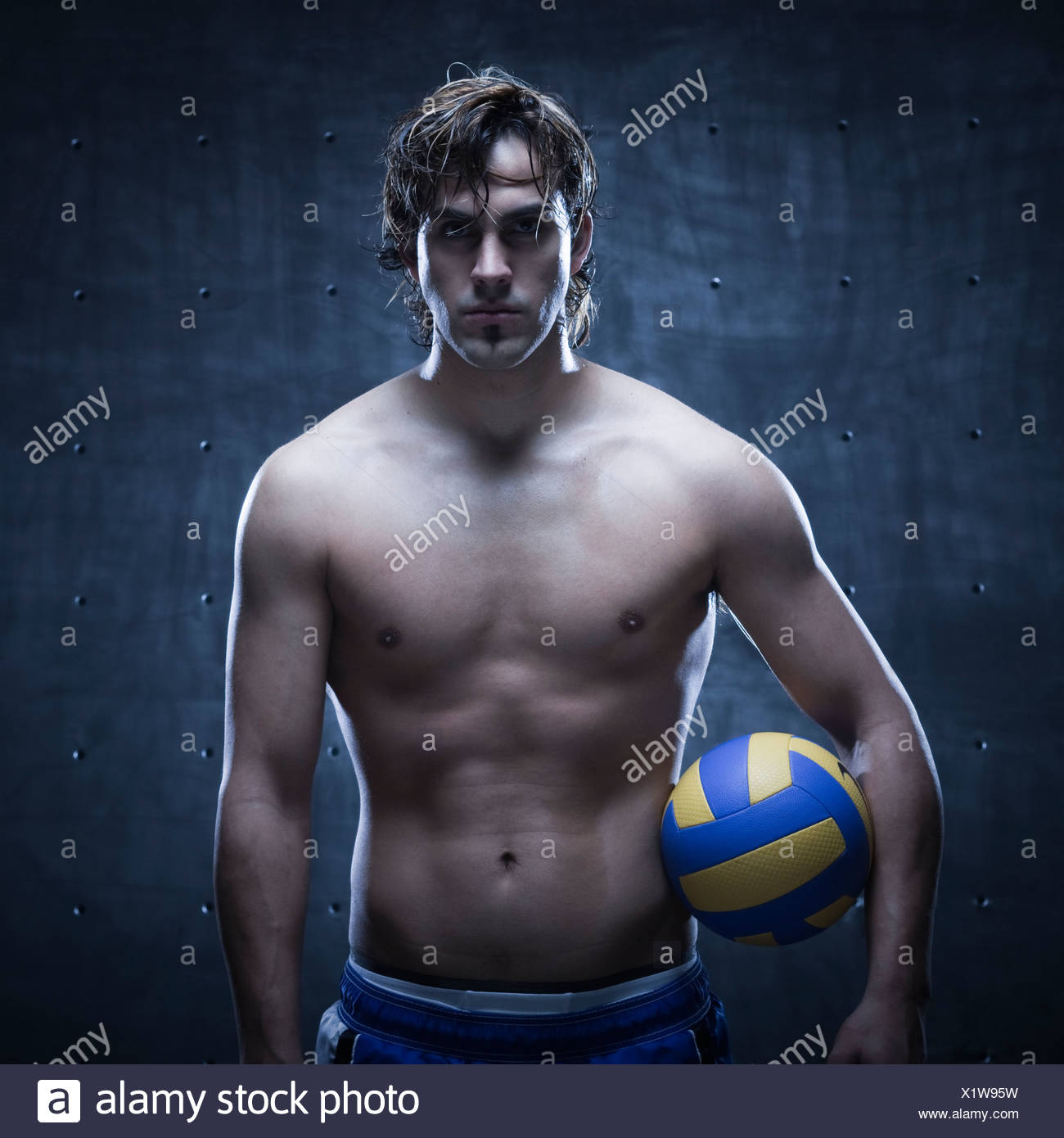 Portrait de joueur de volley-ball debout et tenant ball Photo Stock