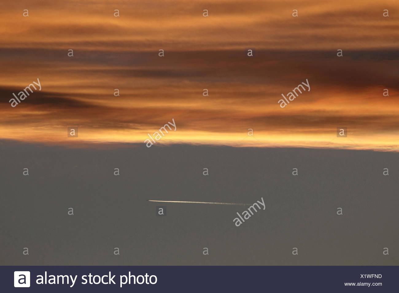 Coucher du soleil avec traînée de condensation d'un avion, Allemagne Photo Stock
