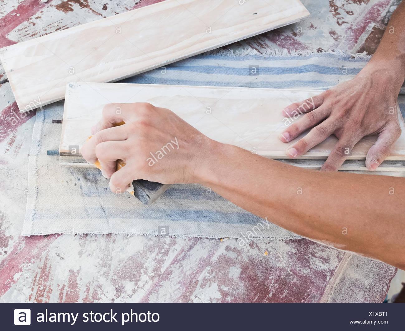 La main coupée de menuisier travaillant en atelier Photo Stock
