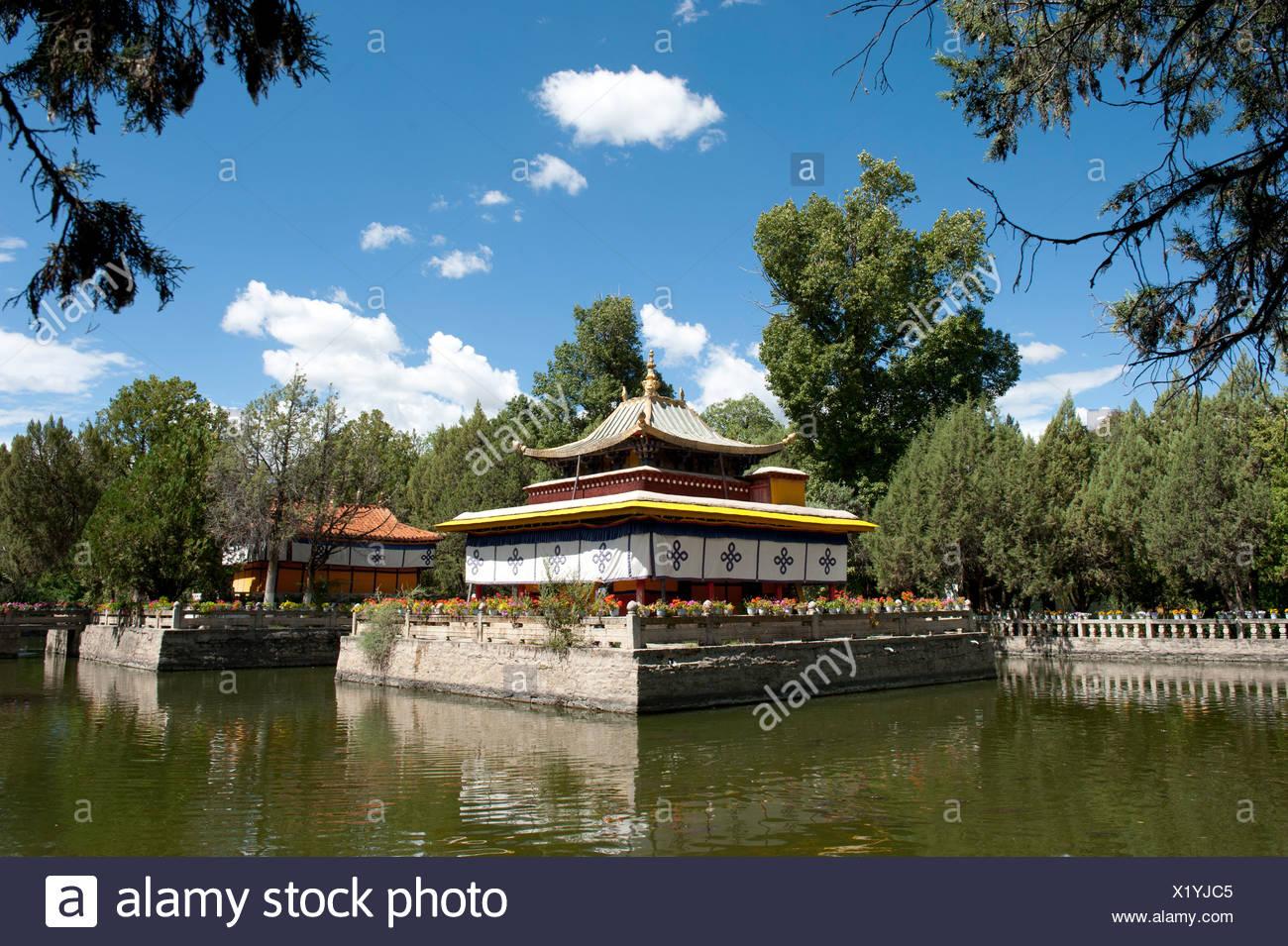 Le bouddhisme tibétain, temple sur le lac dans le parc de Norbulingka, résidence d'été du Dalaï Lama, Lhassa, Ue-Tsang Photo Stock