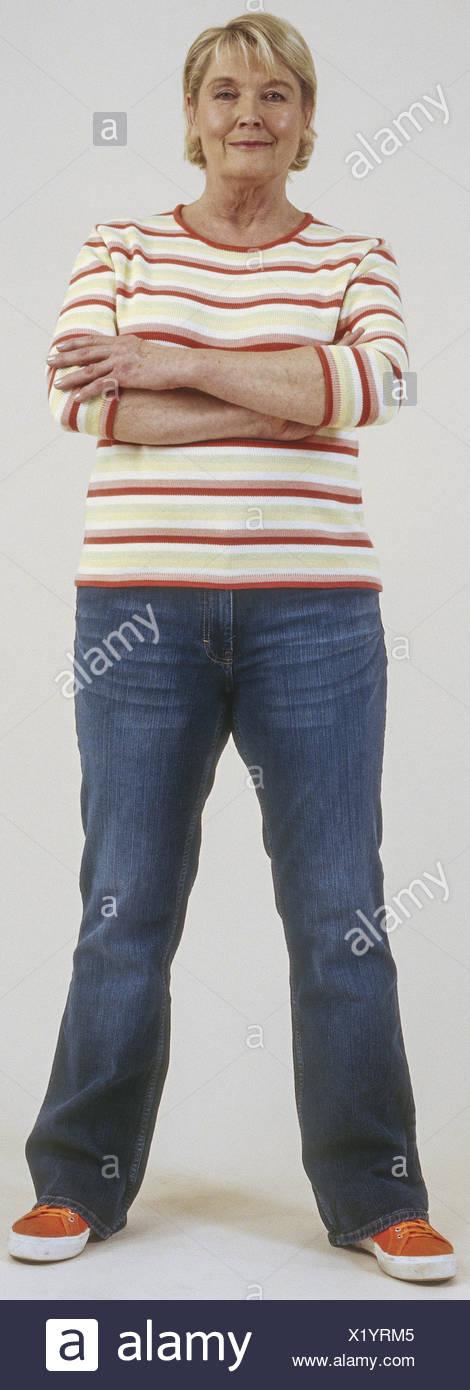 Seniorin en jeans und Pulli, verschraenkte Terre Rouge (modèle récent) Banque D'Images