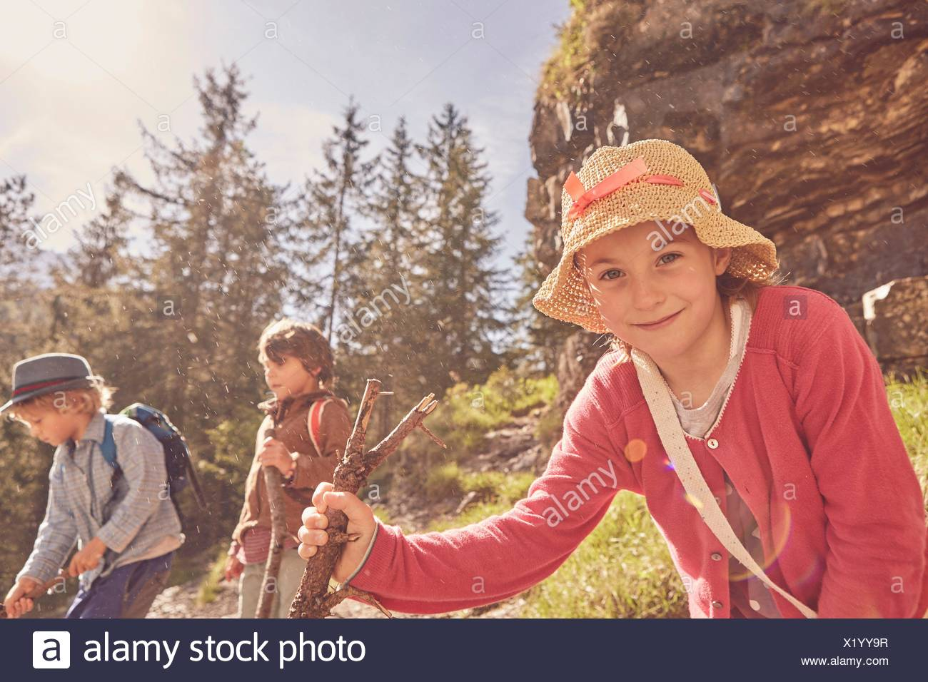 Trois enfants explorer forest Photo Stock