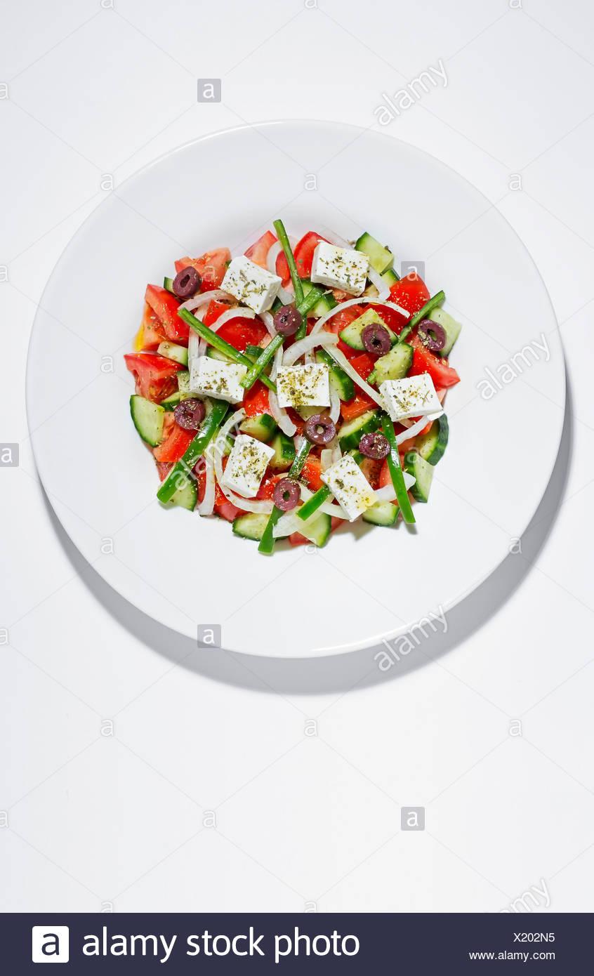 Assiette de salade grecque on white Photo Stock
