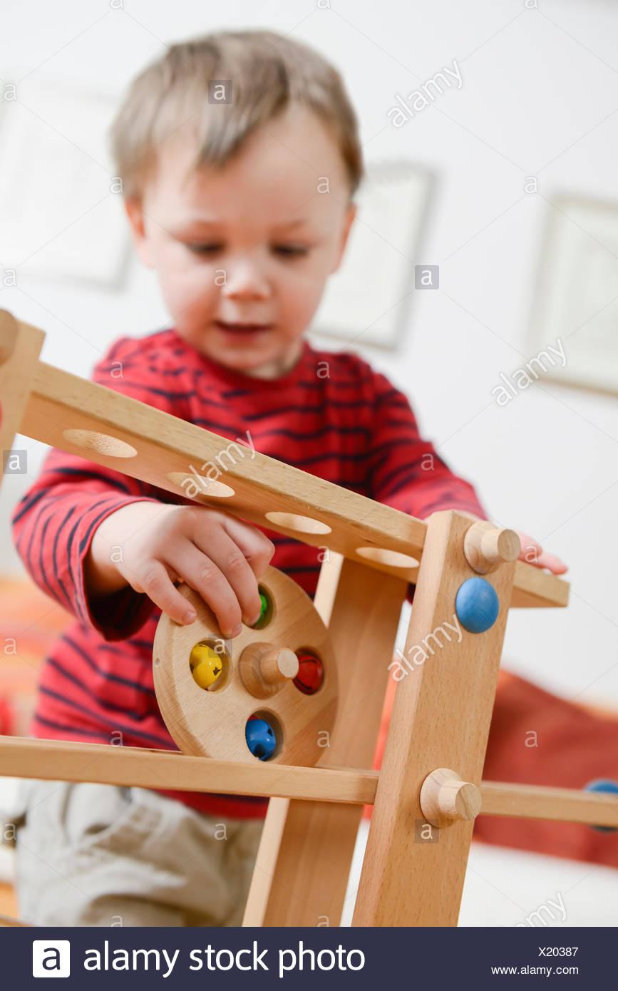Garçon jouant jeu de compétence Photo Stock