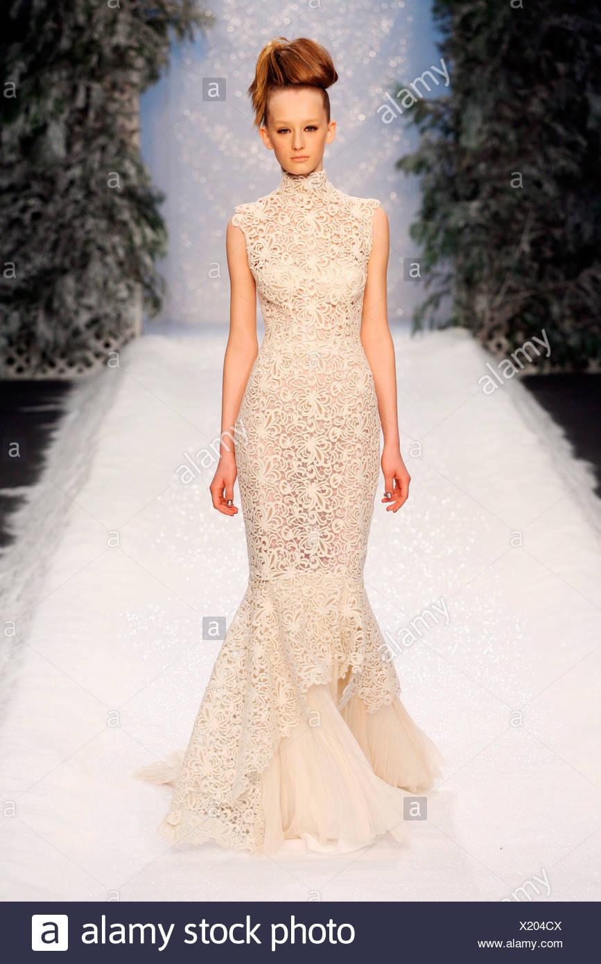 2fca3f14559 Ashley Isham Londres Prêt à Porter Automne Hiver Model wearing robe dentelle  crème oeuvre ouverte
