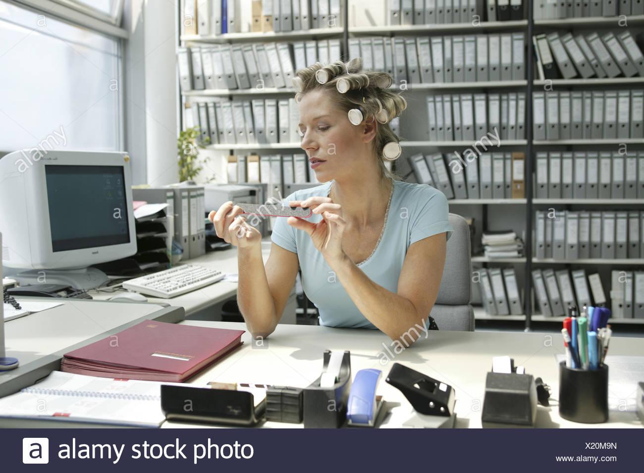 Ongles superbement entretenus sur le bureau avec des outils pour