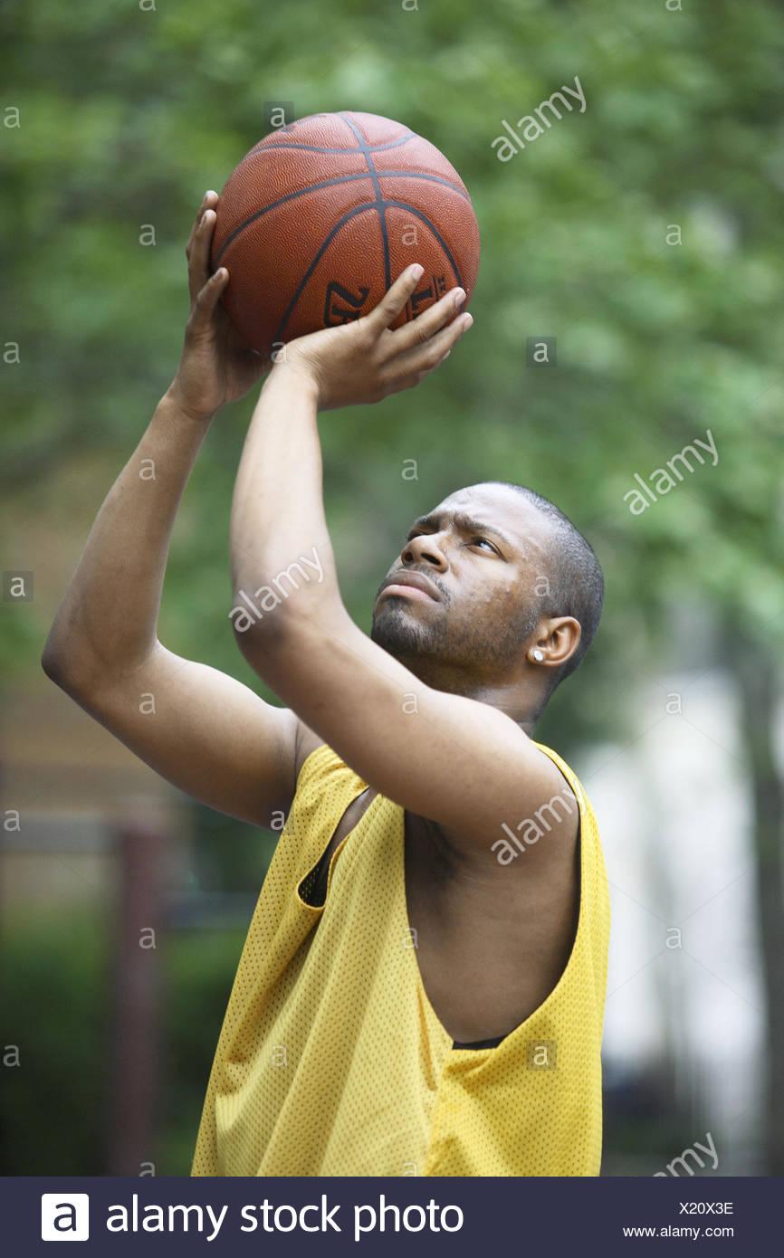 Le tournage d'un homme afro américain de basket ball Banque