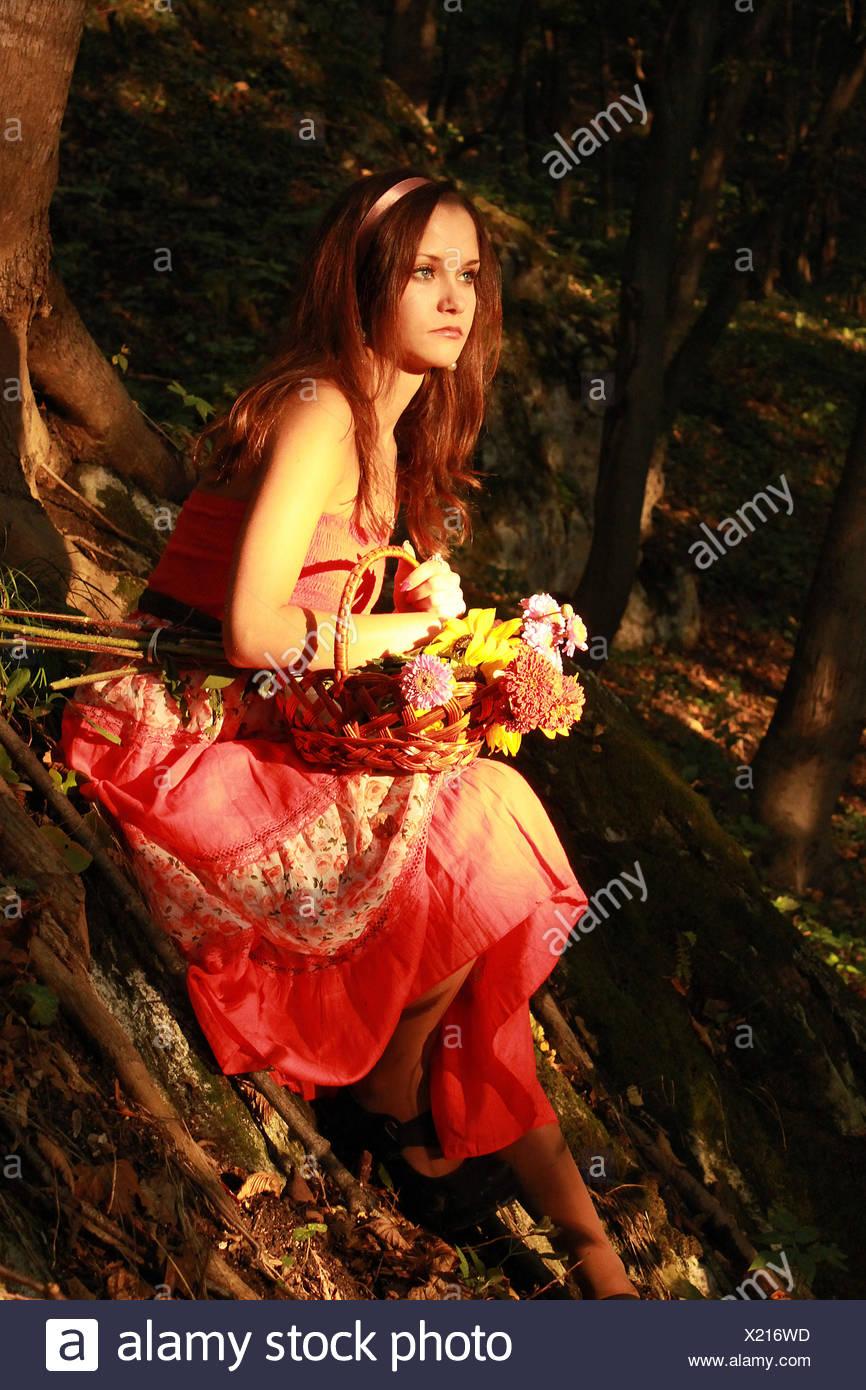 Girl (12-13) avec panier de fleurs Photo Stock