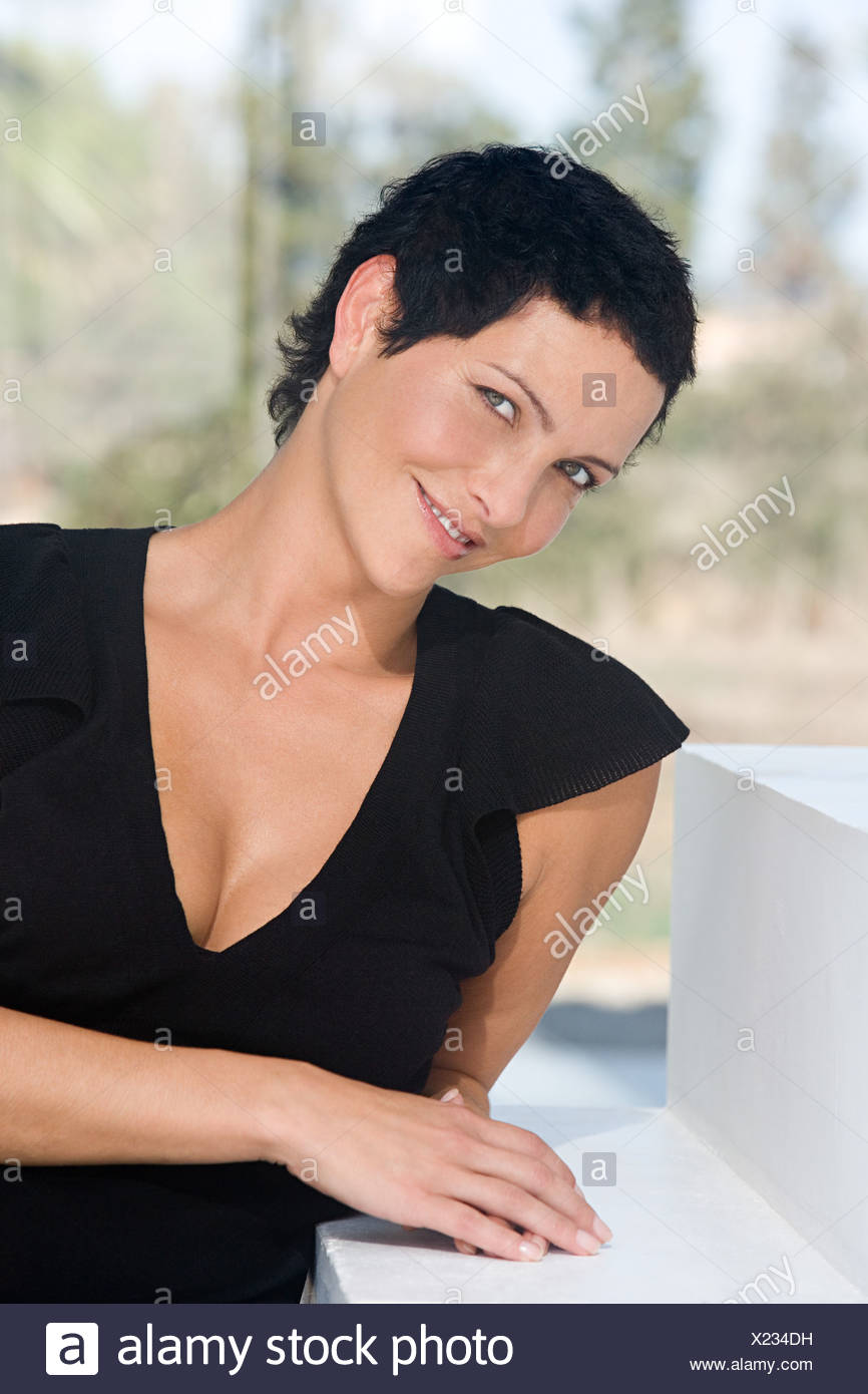 Woman leaning on l'étape Photo Stock