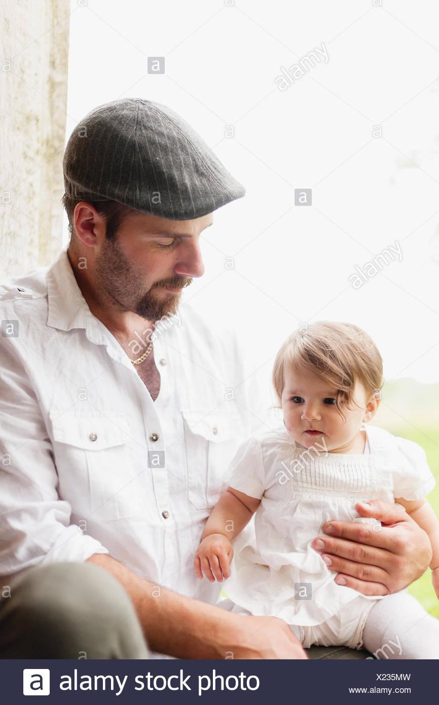 La Suède, Ostergotland, Kristianstad, Gasborn, Horrsjon, Portrait d'homme avec baby girl (4-5) Photo Stock