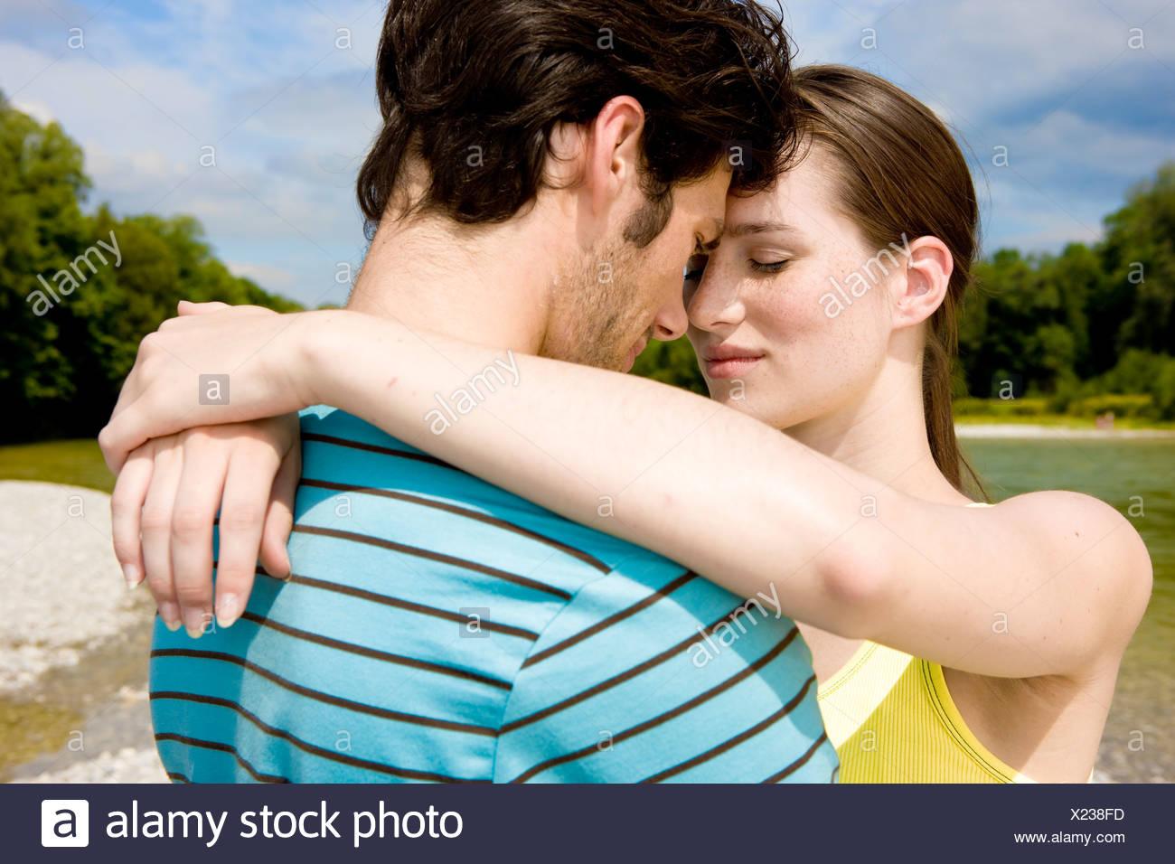 Portrait of young couple in tendre étreinte en plein air Photo Stock