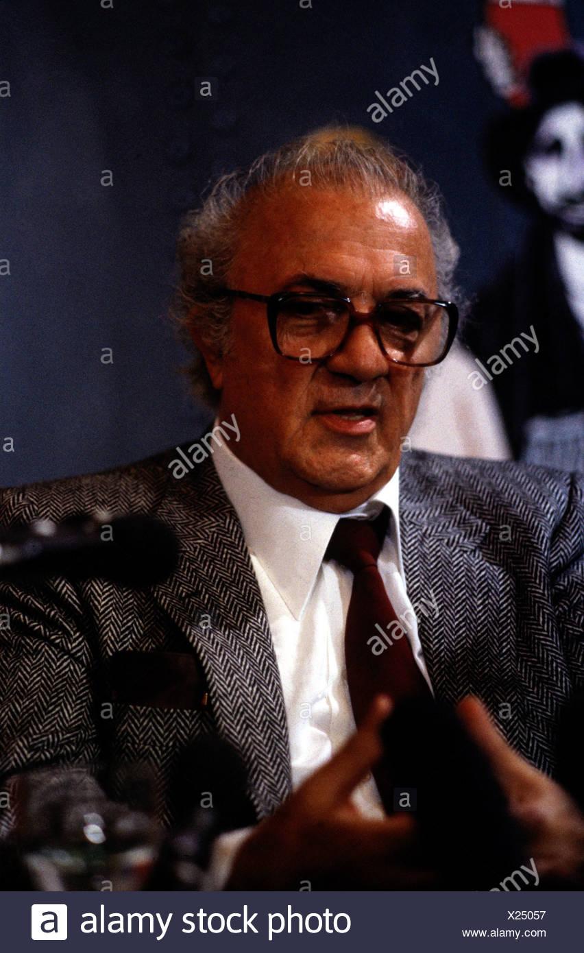 Fellini, Federico, 20.1.1920 - 31.10.1993, réalisateur italien, portrait, au cours d'une entrevue, les années 80, les verres, les années 80, Photo Stock