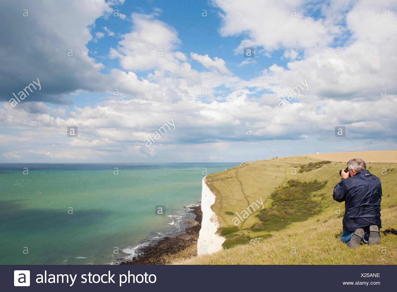 MAN TAKING PHOTOGRAPH OF CHANNEL, falaises blanches et des North Downs Photo Stock