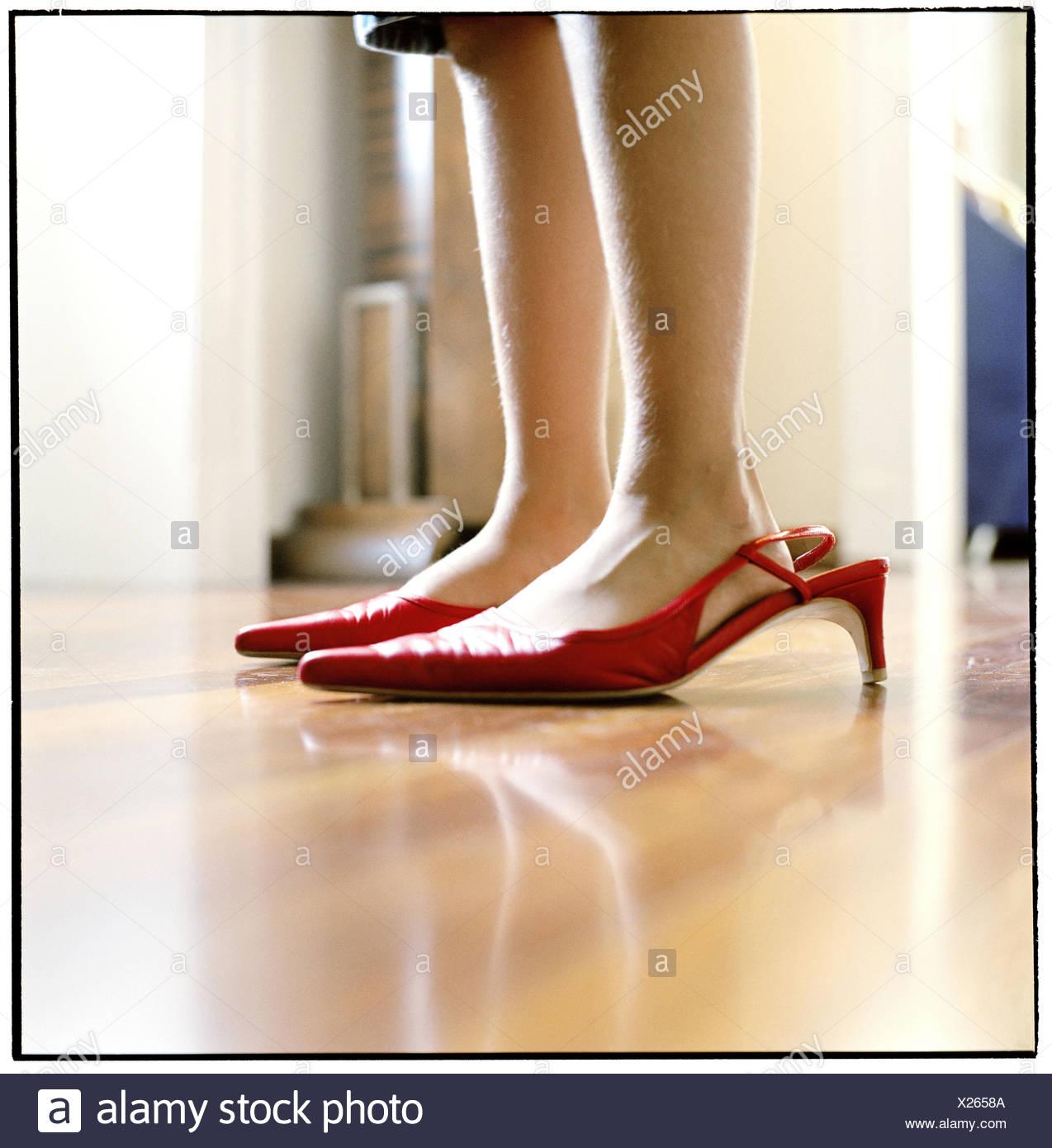 super service spécial chaussure chaussures classiques Petits pieds dans les grandes chaussures rouges Banque D ...