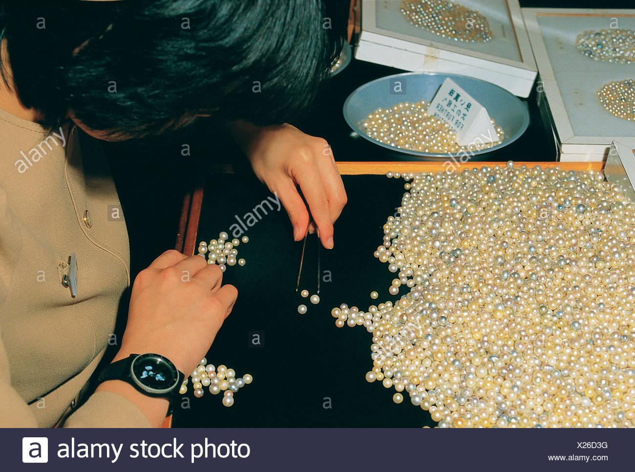 95f9d235cad9 Mikimoto perle de culture de l industrie. Femme perles de tri. Horizon  International Images Limited   Alamy ...