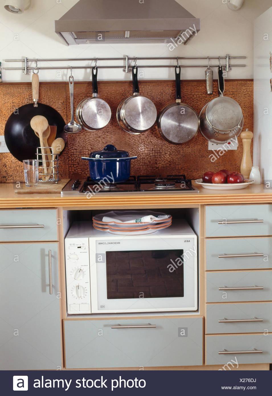 Micro Onde Au Dessus Du Four casseroles sur une grille au-dessus de cuisson et un four
