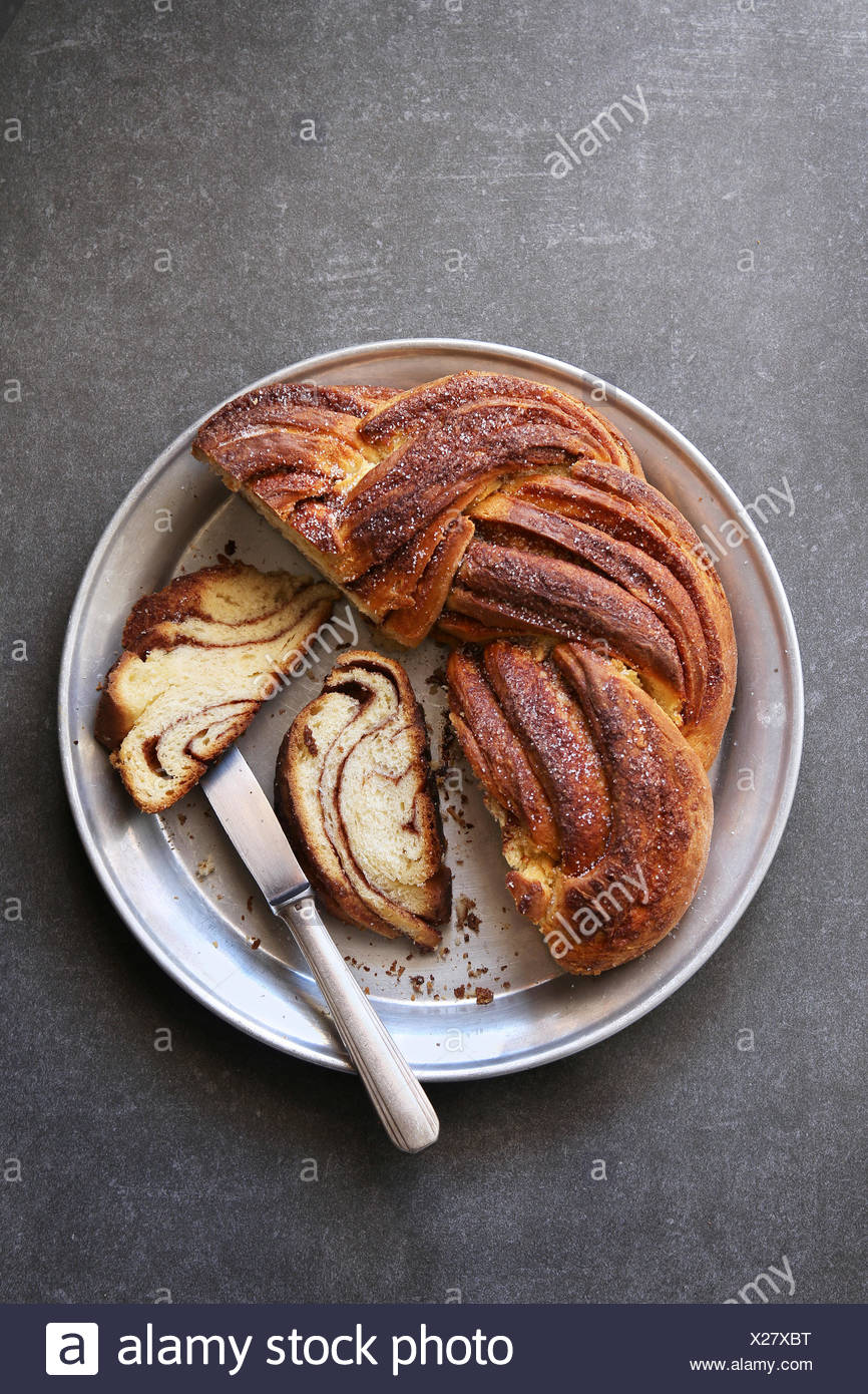 Cannelle fraîchement cuit au four du pain sucré wreath Photo Stock