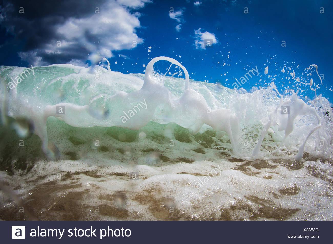 Close-up de mousse sur le dessus de la vague Photo Stock