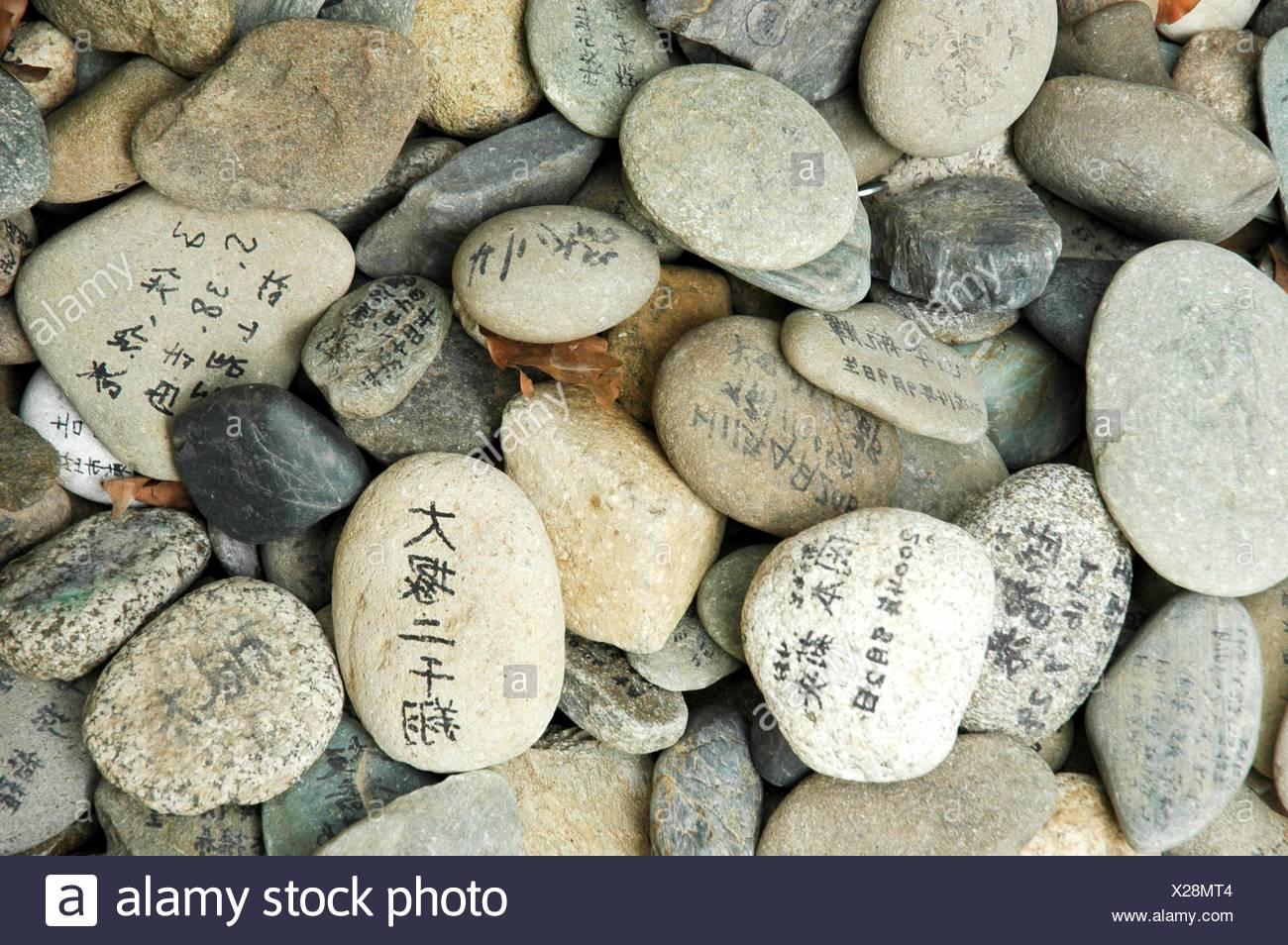 Le Japon, Shikoku, close-up de pierres avec des prières écrites Photo Stock